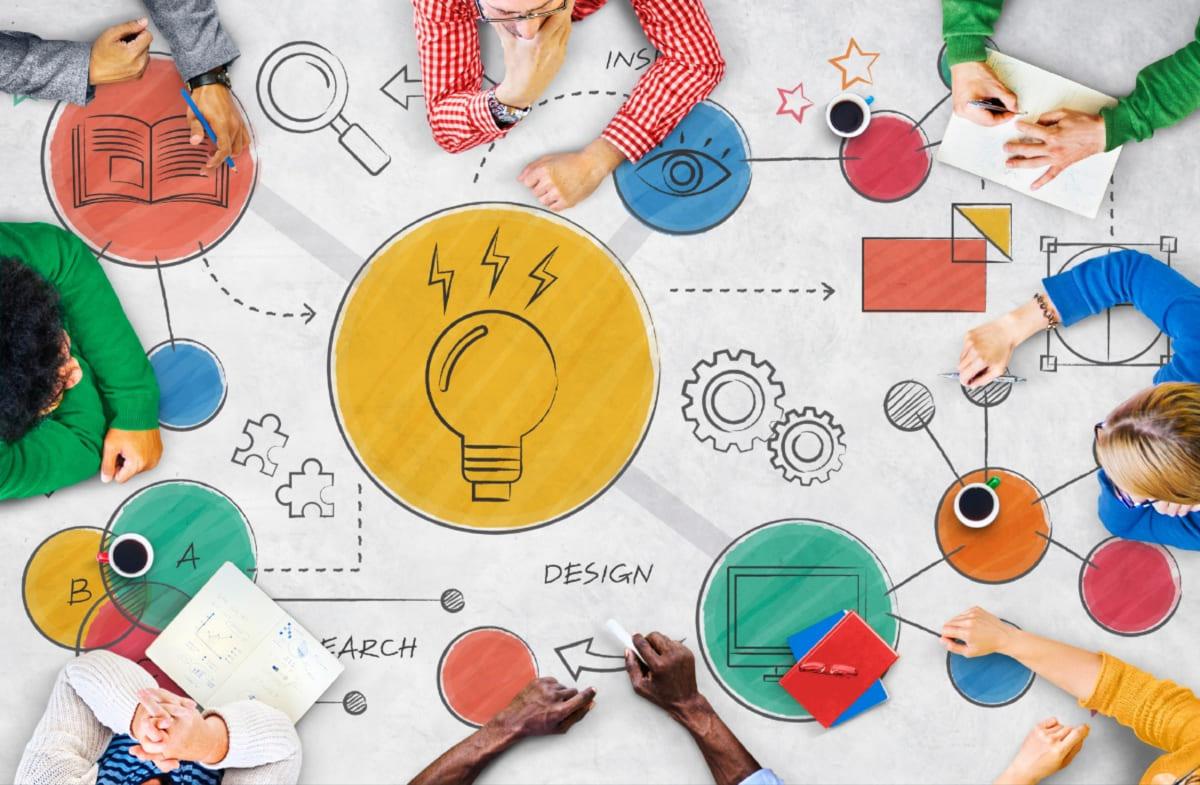 grupo de pessoas em processo criativo sistematizando ideias em uma cartolina blog dental cremer lab